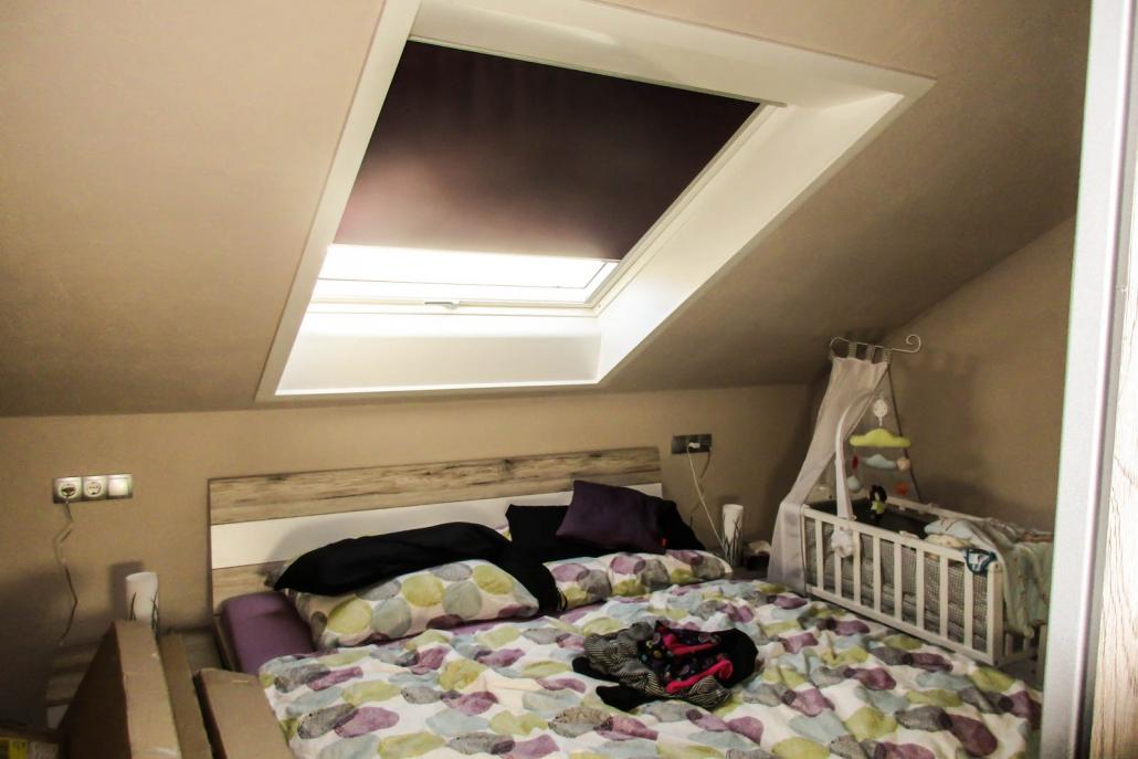 Dachfenstereinbau für neues Schlafzimmer mit Blick in den ...